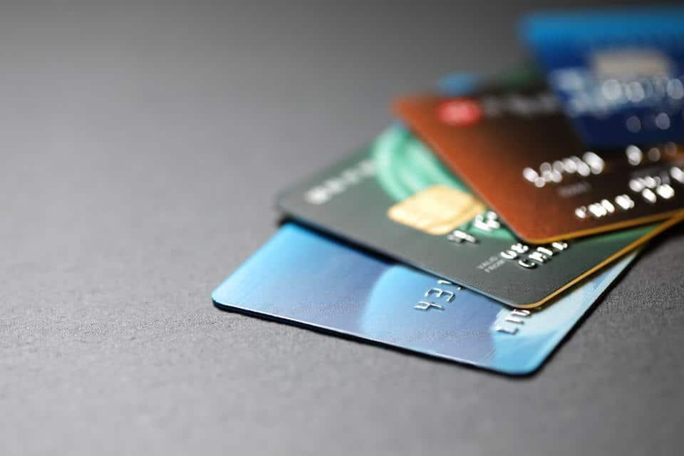 Choisir les Cartes prépayées : possibilité d'avoir une carte de paiement sans frais pour faire des virements et des retraits dans des distributeurs automatique de billets .