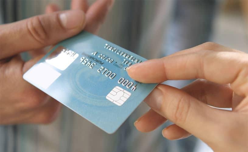 Carte bancaire d'un compte joint pour un couple :les avantages et inconvénients .