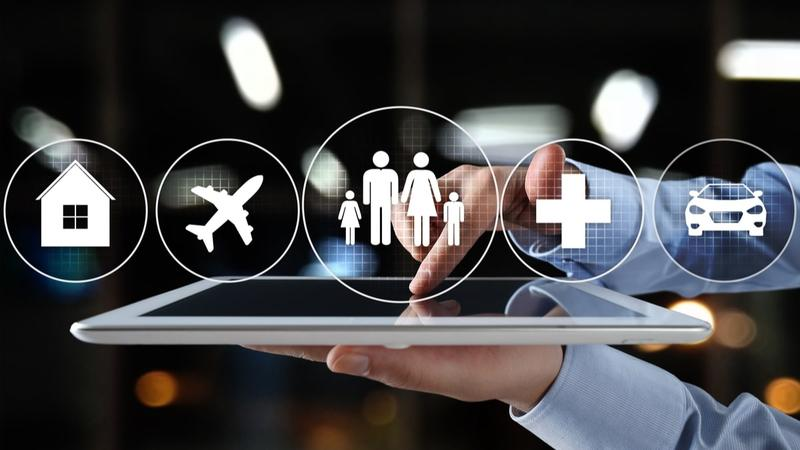 Assurances en ligne : assurance habitation, voyage, famille, automobile. Les assurances en ligne sur une tablette  avec les logos : habitation, vol, famille, auto .