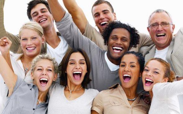 Groupes de personnes heureuses